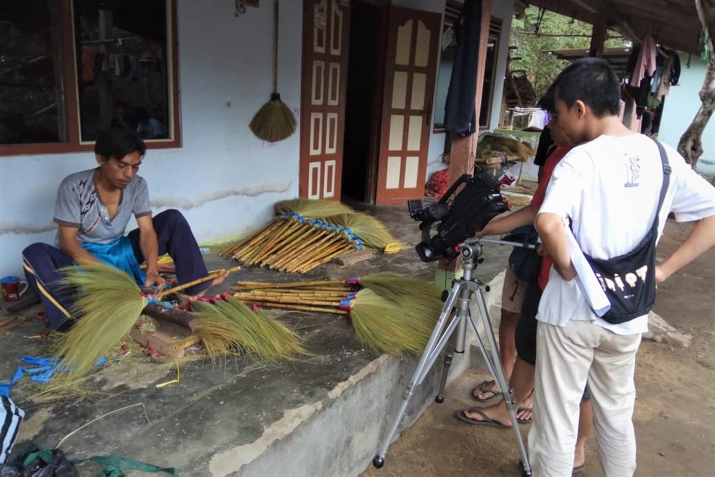 Prodi Manaprodsi Bimbing Pemuda Karasan Membuat Video Potensi Desa
