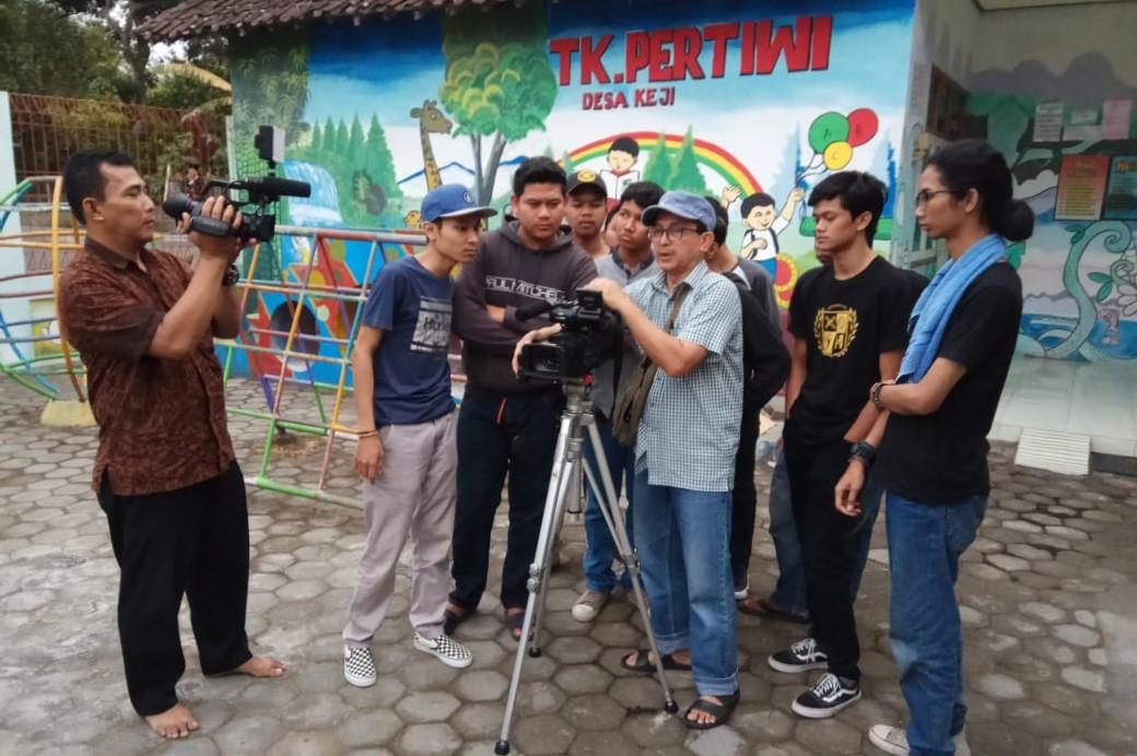 Tim PKM Manaprodsi Garap Drama Perajin Batu Dusun Keji